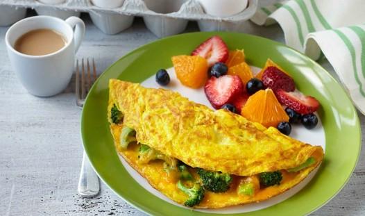 broccoli-cheddar-omelet-930x550
